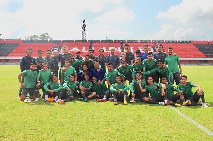 Luis Milla bersama para staff dan pemain timnas Indonesia