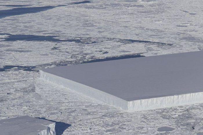 Gunung es berbentuk persergi