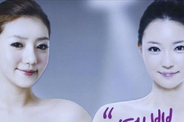 Seorang wanita terlihat di papan reklame kereta bawah tanah Seoul, Korea Selatan