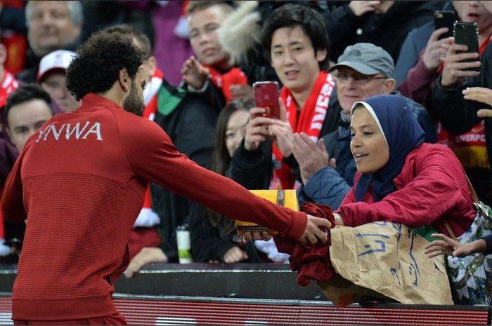 Mohamed Salah mendapat kado dari penggemar saat beraksi di Stadion Anfield, Kamis (25/10/2018)