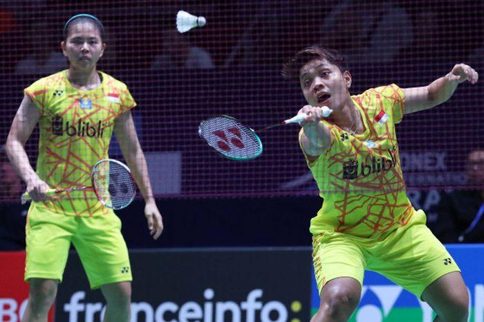 Ganda putri Indonesia, Greysia Polii (kiri) dan Apriyani Rahayu (kanan), saat menjalani pertandingan