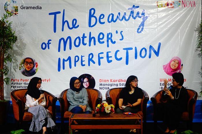 Suasana talkshow The Beauty of Mother's Imperfection kerjasama NOVA dan Bentang Pustaka Sabtu sore (27/10) di Gramedia Matraman, Jakarta Pusat