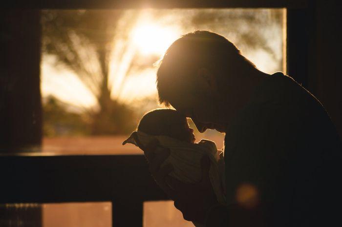 Ayah dan bayi yang baru lahir.