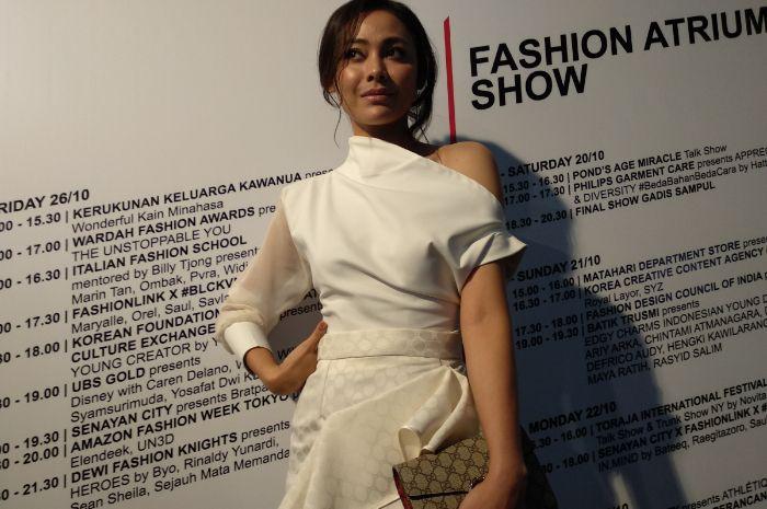 Stylo of The Day gaya white on white Whulandary Herman yang hadir di Jakarta Fashion Week 2019