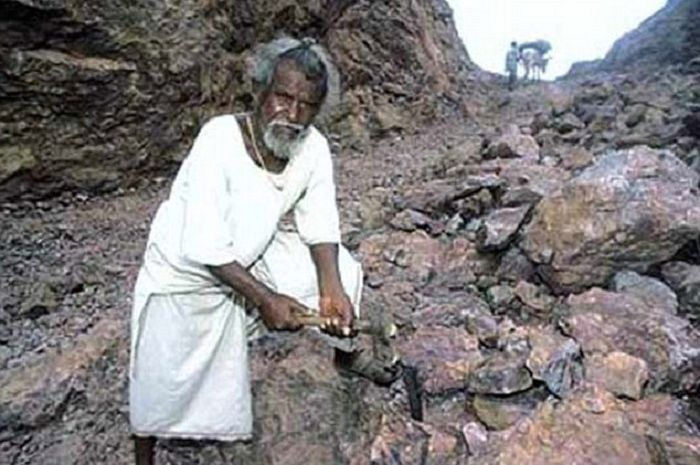 Dashrath Manjhi pria yang membelah gunung