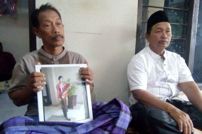 Sutarno (61) menunjukan foto putrinya Putty Fatikha Rani (19), salah satu penumpang yang menjadi korban jatuhnya pesawat Lion Air JT 610 di perairan Karawang, Jawa Barat, Selasa (30/10/2018) sore.