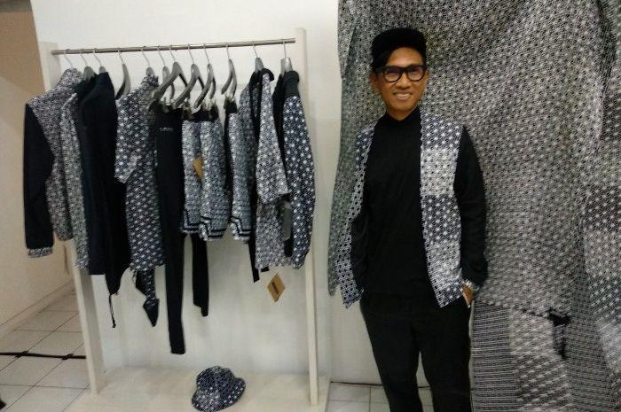Bai Soemarlono dan koleksi terbarunya, LAYERS, yang diluncurkan di POPULO Batik Gallery, Jakarta Sel