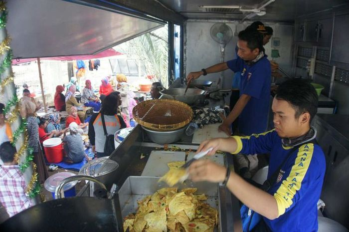 Petugas Dinsos Karawang tengah memasak lauk di dapur umum lapangan Posko Tanjungpakis, Rabu (31/10/2018).