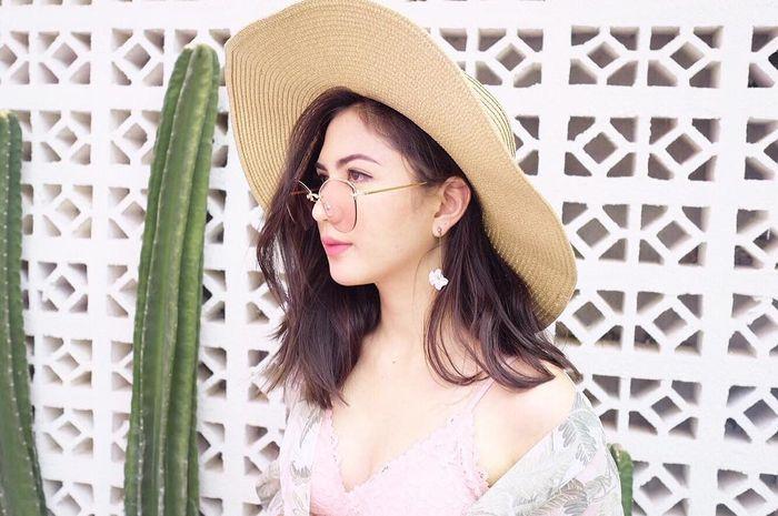Jessica Mila terlihat cantik dengan model topi flappy hat saat berlibur ke luar negeri