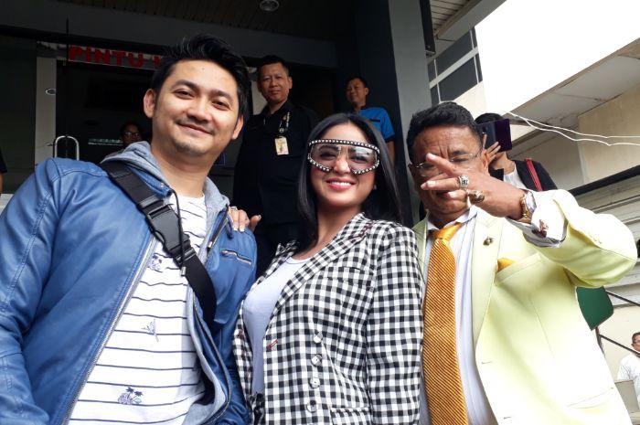 Angga Wijaya, Dewi Perssik, dan Hotman Paris Hutapea Polda Metro Jaya pada Senin (5/11/2018).
