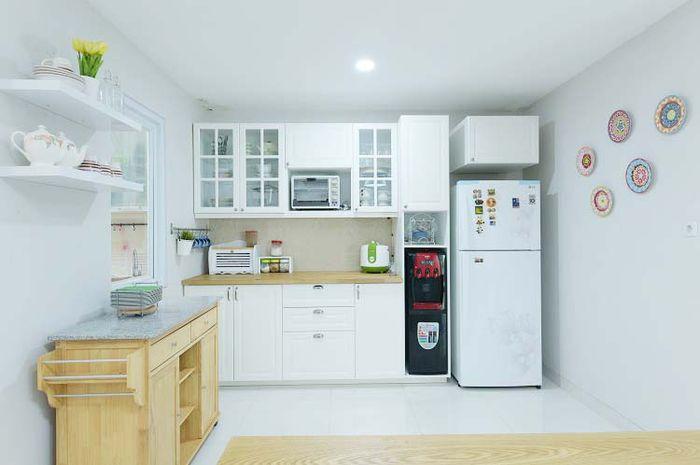 Inspirasi Desain Dapur Putih Bergaya Modern Klasik Bersih Dan