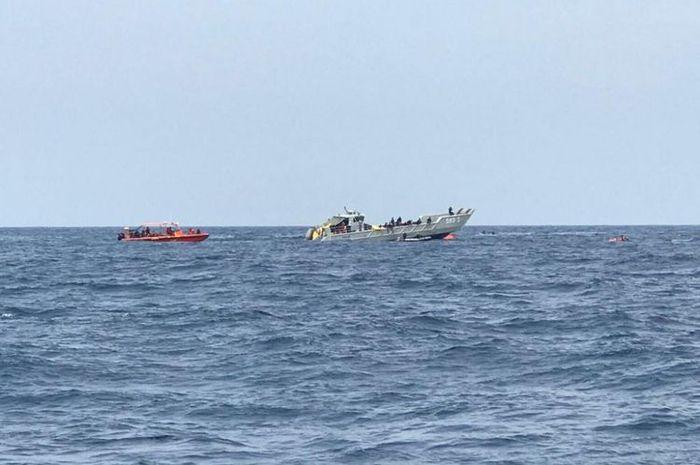 kapal karet milik Basarnas mencari beberapa puing dan korban jatuhnya pesawat lion air JT 610