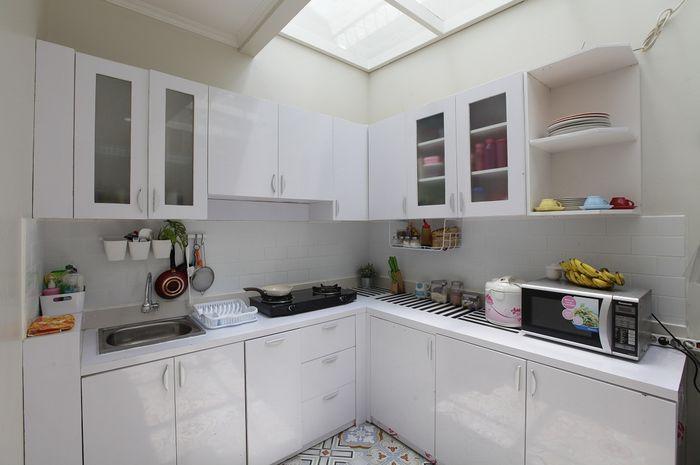 Inspirasi dapur putih terang tanpa lampu