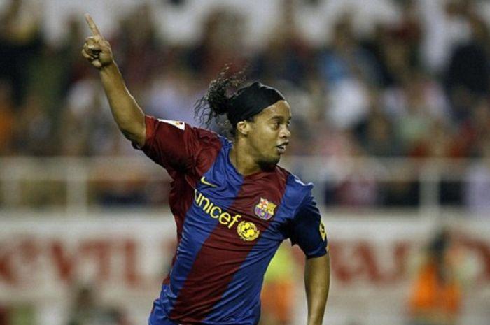 Mantan bintang Barcelona asal Brasil, Ronaldinho, kini terlilit utang sampai Rp 34 miliar dan saldon