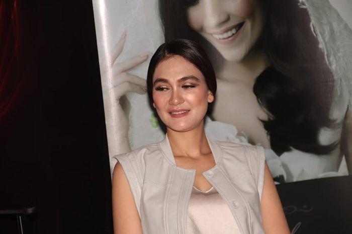 Luna Maya saat ditemui usai makeup class di Mall Taman Anggrek, Jakarta Barat, Selasa (6/11/2018)