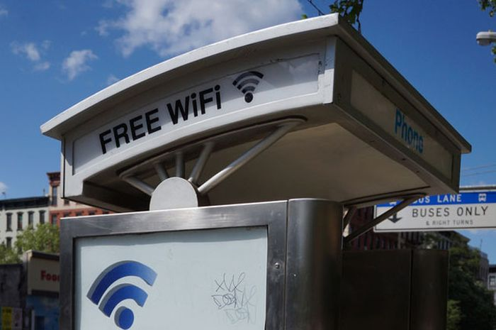 Bekas telepon umum menjadi pemancar sinyal wi-fi