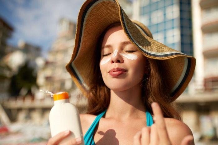 Cara Tepat Memakai Sunblock Menurut Pakar Kesehatan, Wanita Wajib Tahu!