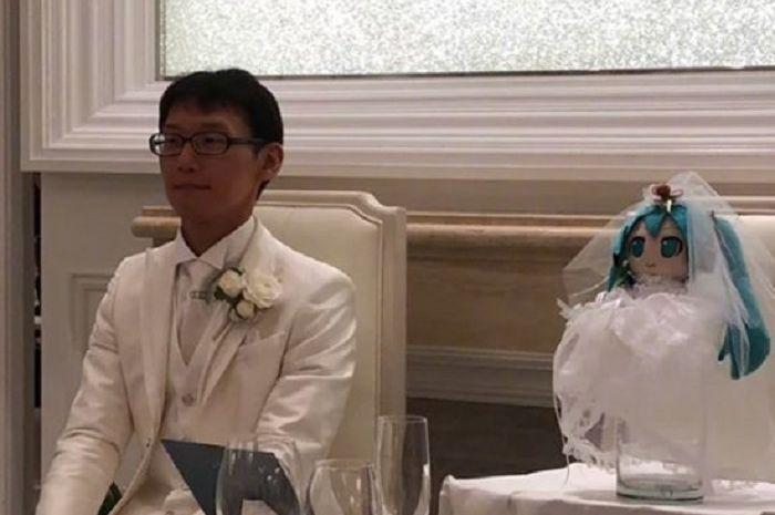 Pria Jepang menikahi boneka