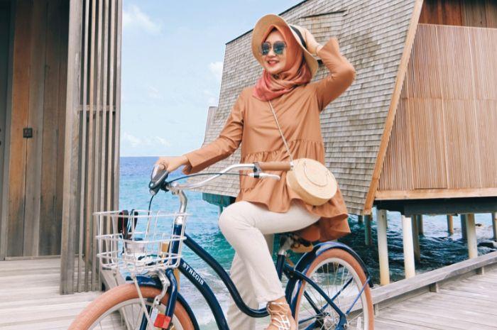 Dian Pelangi terlihat stylish mengenakan topi model floppy saat berlibur ke Maldives