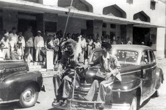 BrigJen Malaby memegang bendera putih dan Residen Sudirman duduk di muka mobil