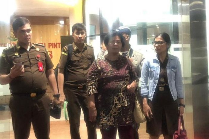 Demseria Simbolon, seorang guru SD di Kota Binjai ditangkap karena bolos kerja selama 8 tahun, namun tetap menerima gaji. Selain itu, dia juga memalsukan kematian demi mendapat dana kematian dari Taspen.