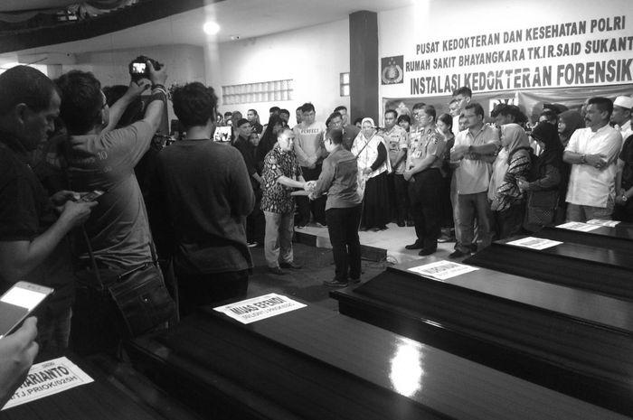 Technical Director of Batik Air, Yanto Supriatno (berbaju batik) saat simbolisasi penyerahan jenazah kepada salah satu keluarga penumpang JT-610.