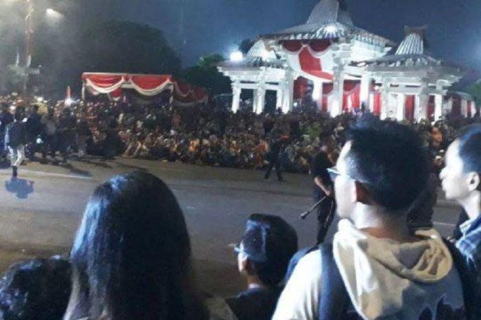 Ribuan warga tumplek blek di Jl Pahlawan Surabaya menyaksiakan Drama Kolosal Surabaya Membara malam ini.