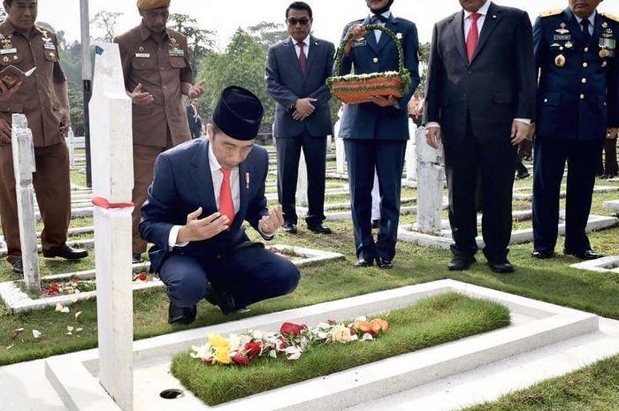 Presiden Jokowi menyempatkan diri untuk ziarah di Taman Makam Pahlawan Cikutra Bandung.
