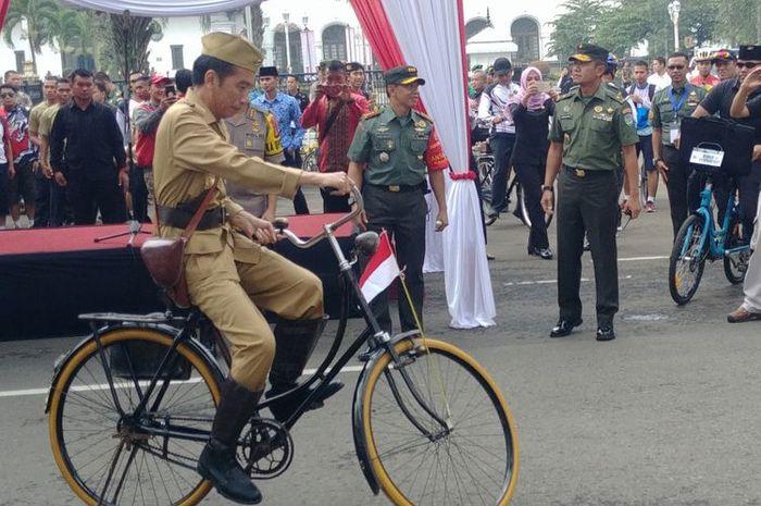 Presiden Joko Widodo menggowes sepeda di Kota Bandung. Acara gowes sepeda digelar di Depan Gedung Sate yang juga kantor Gubernur Jawa Barat, Sabtu (10/11/2018) pagi. Bertajuk Gowes Bandung Lautan Sepeda, acara ini diadakan oleh Kodam III/Siliwangi dalam rangka memperingati Hari Pahlawan 10 November 2018.