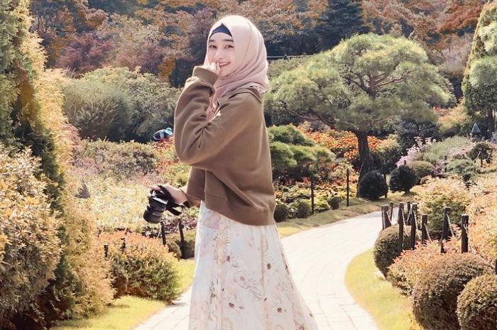 Tampil memikat dengan gaya fashion hijab feminin ala Bella Almira