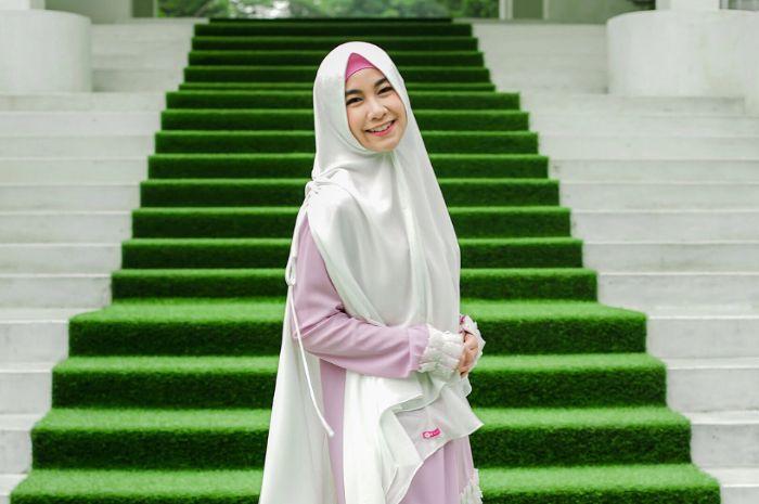 Anisa Rahma terlihat tampil cantik dalam balutan hiajb syari dilengkapi dengan pemakaian ciput