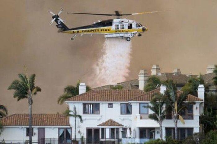 Upaya pemadaman api oleh petugas di kawasan California dan sekitarnya