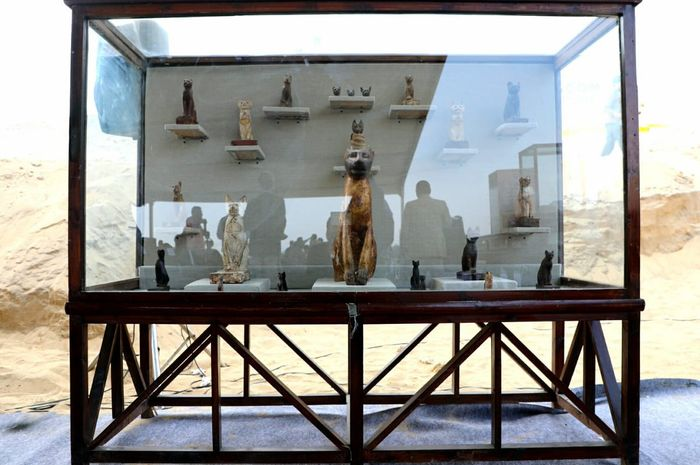 Patung yang ditemukan bersama mumi kucing di Mesir