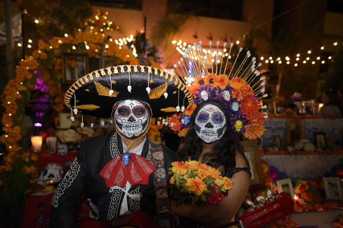 Saat perayaan Día de los Muertos, warga Meksiko biasanya akan menghias wajahnya seperti tengkorak.