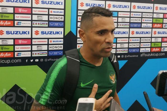 Penyerang timnas Indonesia, Alberto Goncalves menjawab pertanyaan wartawan di mixed zone Stadion Uta