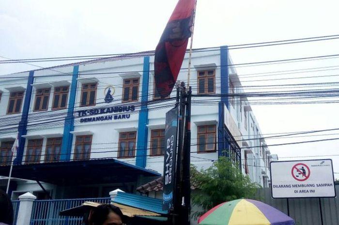 Sisi kanan gedung Sekolah Dasar (SD) Kanisius Demangan Baru lokasi siswa berdiri dan terjatuh.