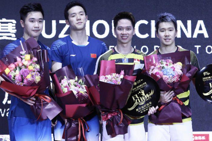 Senyum juara Marcus Fernaldi Gideon/Kevin Sanjaya Sukamuljo bersama runner-up He Jiting/Tan Qiang (C