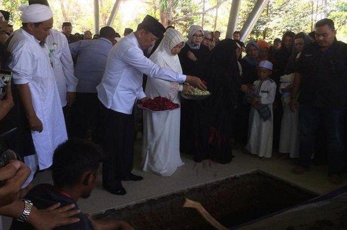 Prosesi pemakaman Ahmad Daniyal Alfatih di pemakaman keluarga, Delingan, Karanganyar, Jawa Tengah, Jumat (16/11/2018)