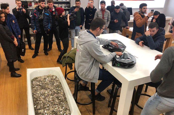 Pemuda Rusia membeli iPhone XS dengan uang koin sebanyak satu bak mandi
