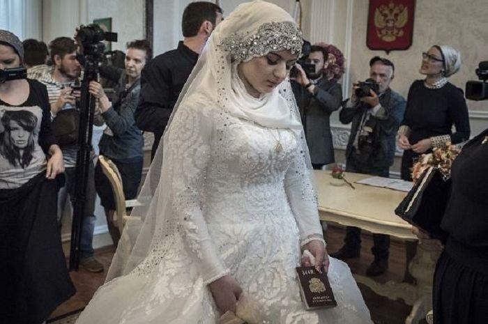 Cantik Dalam Balutan Gaun Pengantin Seorang Wanita Justru Tertunduk