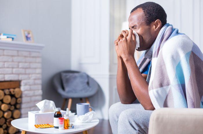 ilustrasi pria terkena alergi