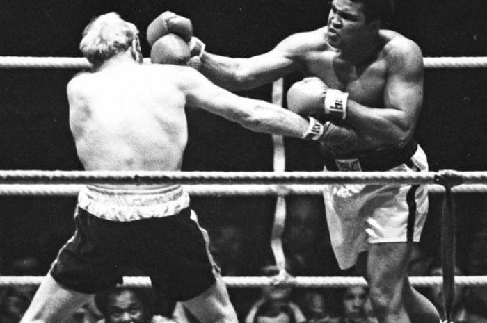 Aksi Muhammad Ali di atas ring tinju