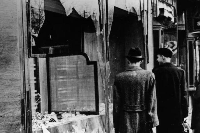 Rumah, sekolah, dan toko milik orang-orang Yahudi dihancurkan saat Kristallnacht.