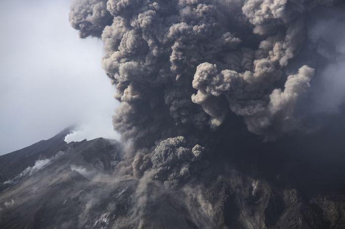 Abu vulkanik menutupi matahari sehingga membuat suhu Bumi menjadi dingin.