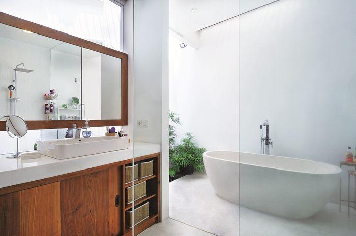 Kamar mandi semi terbuka. Desain: Nimara Architects
