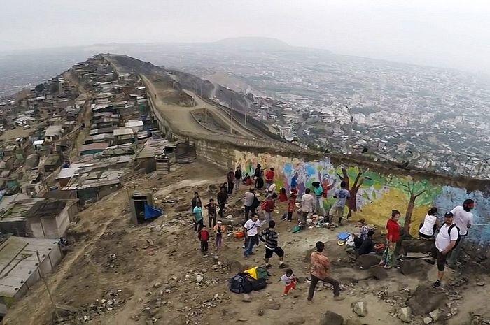 Dinding pemisah si kaya dan si miskin di Peru