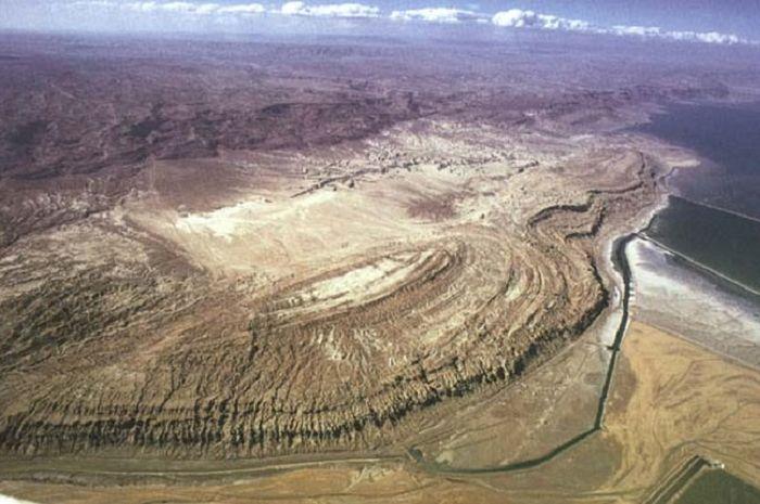 Pegunungan Sodom dilihat dari udara, di sebelahnya tampak Laut mati.