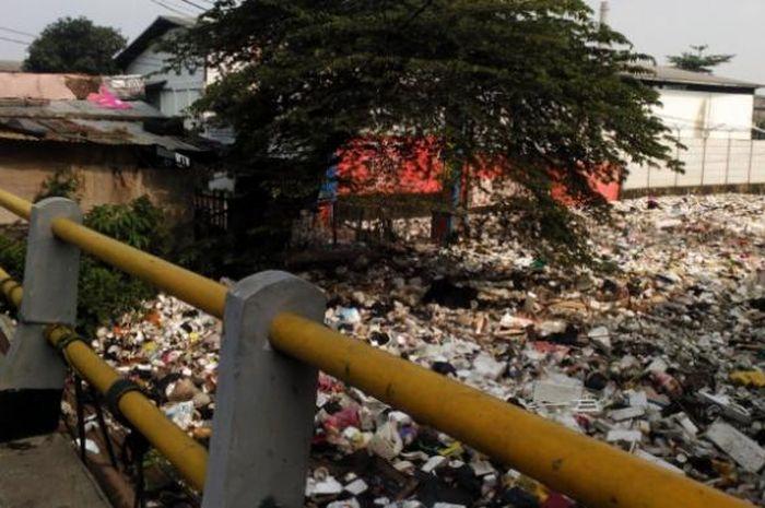 Salah seorang warga saat melihat tumpukan sampah di Sungai Citepus, Desa Cangkuang Wetan, Kecamatan Dayeuhkolot, Kabupaten Bandung, Senin (14/3/2016)