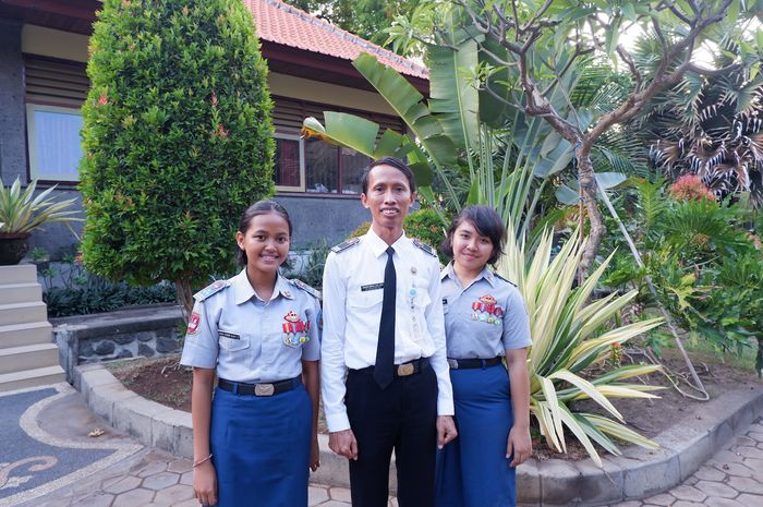 Ni Made Ari Cahyani dan  Anak Agung Ulan Tirta Sari bersama guru pembimbingnya I Wayan Madiya.