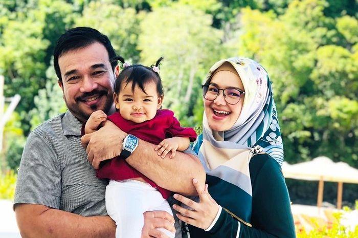 Siti Nurhaliza foto bertiga dengan suami dan anaknya.